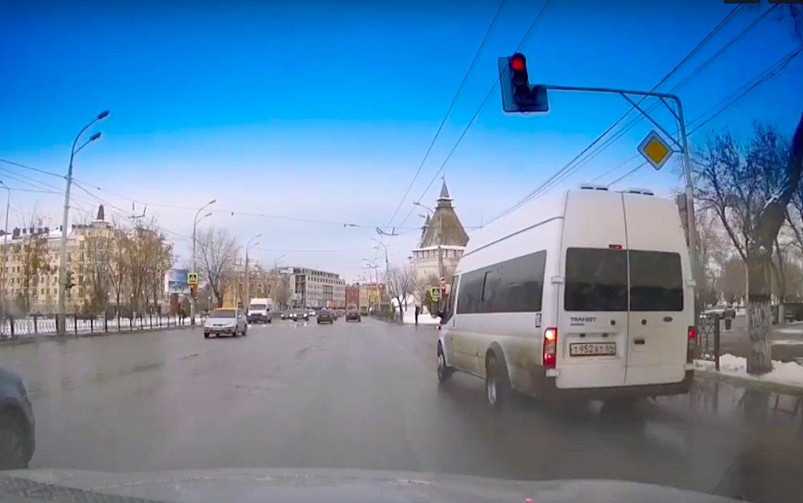 Проехавший на красный свет астраханский маршрутчик отделался тысячей рублей штрафа