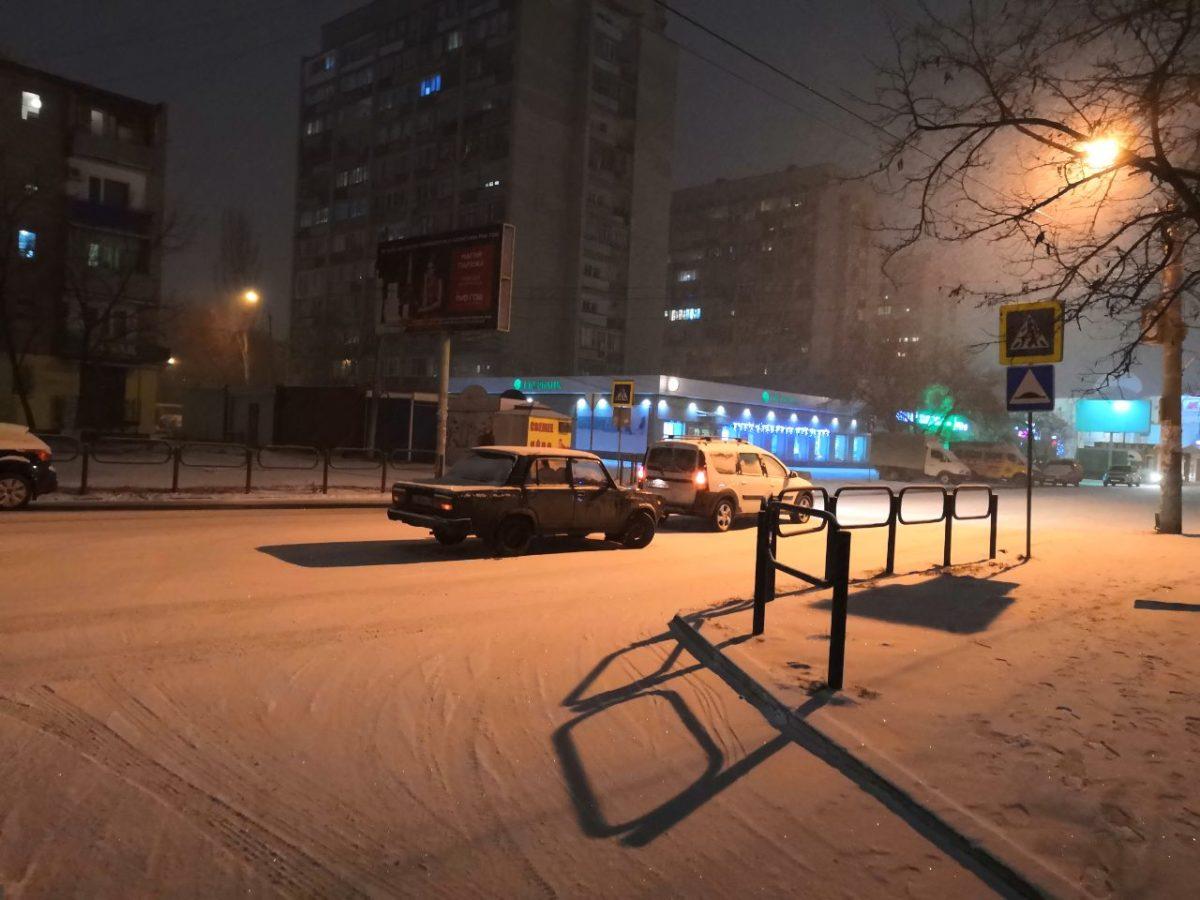 С первым снегом в Астрахани борются 15 единиц техники