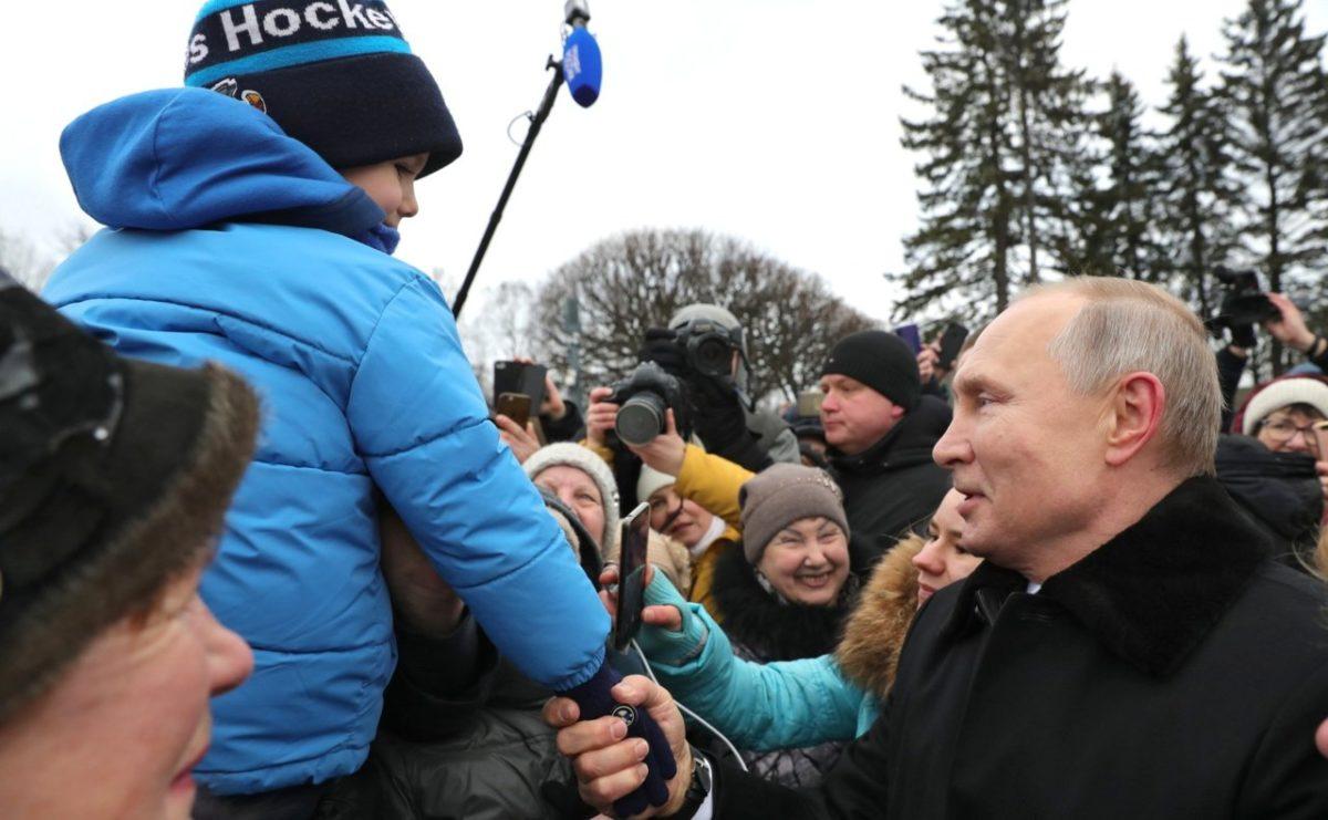 Путин назвал моральными уродами противников помощи семьям с детьми