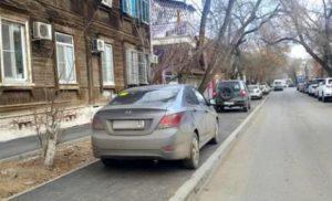 Астраханские водители массово получили штрафы за парковку на тротуаре
