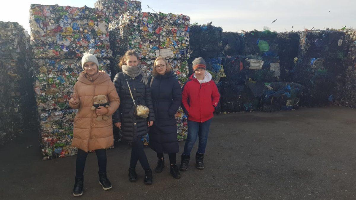 Школьники из Саратова увидели процесс сортировки и обработки ТКО в Астраханской области