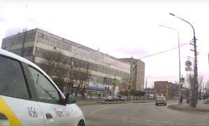 Астраханские водители не могут разобраться с правилами кругового движения