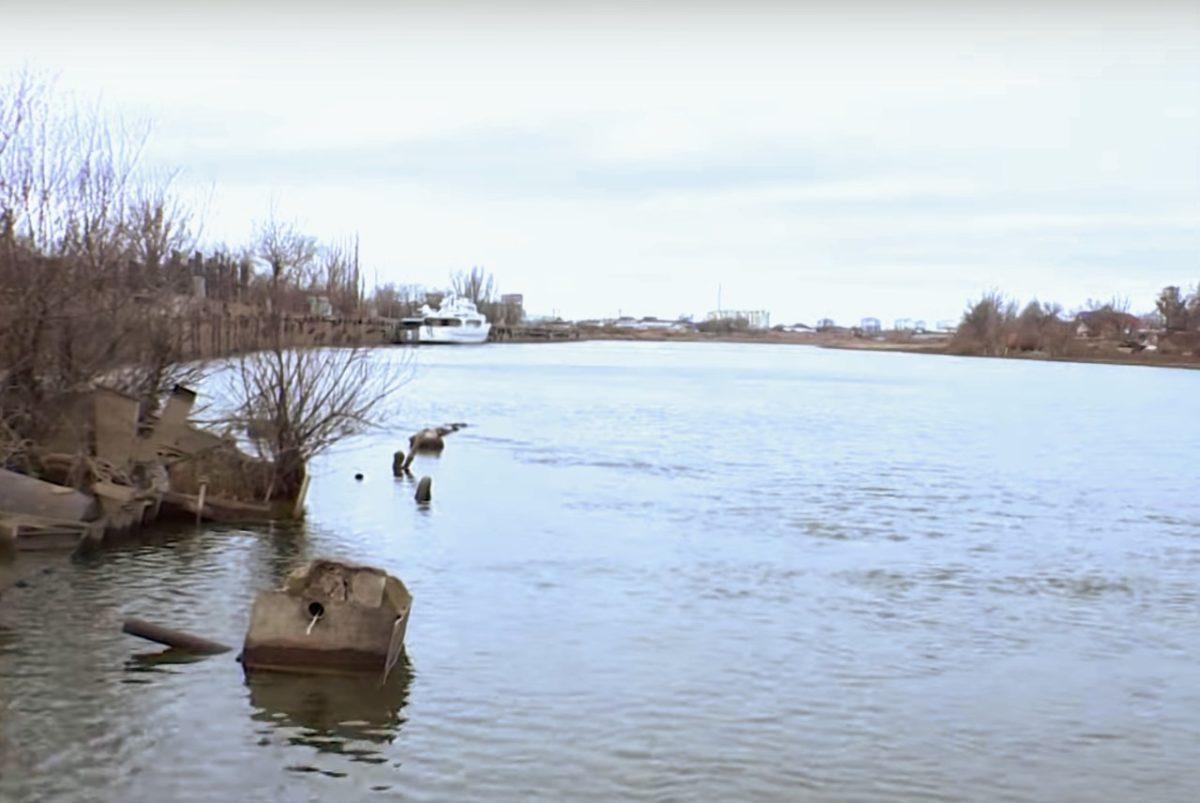 Со дна Прямой Болды в Астрахани поднимают крупное затонувшее судно