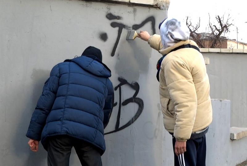 Астраханский вандал разрисовал стены, а потом закрасил свое творение