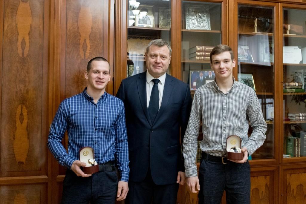 Спасшие жизни людям астраханцы получили награды от губернатора