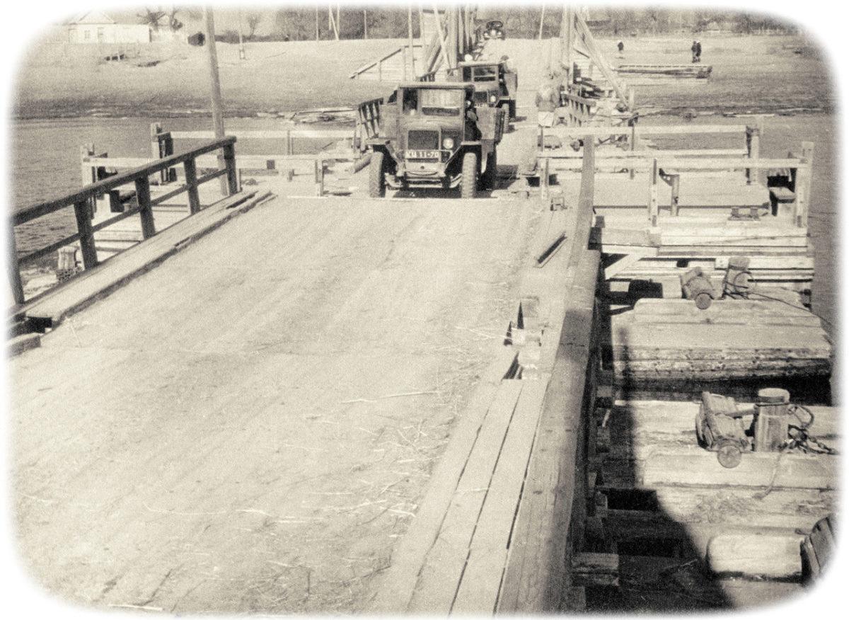 Историческое фото — наплавной мост через Царев в 1946 году
