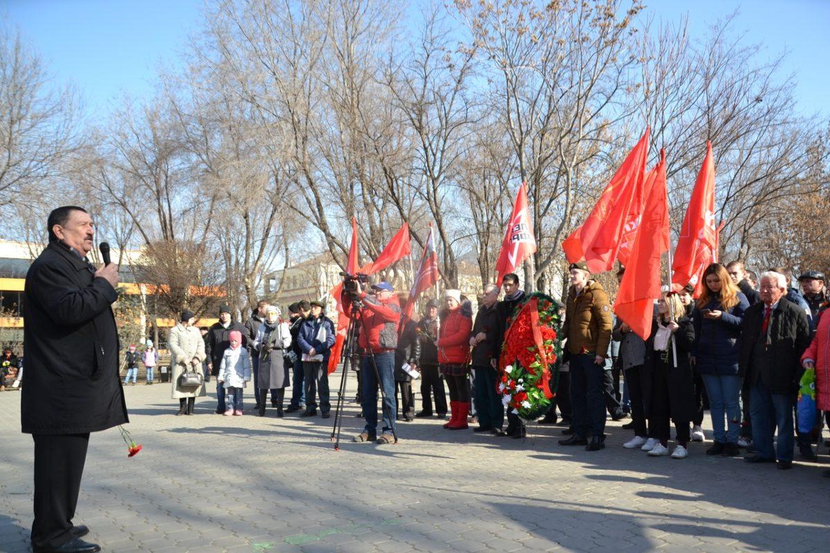 Астраханцы отметили День советской армии памятным митингом