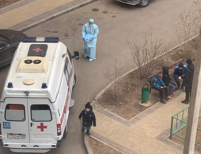 Астраханцев напугал врач в защитном костюме