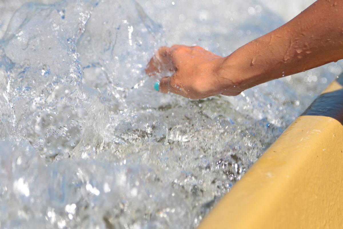 Ребенок чуть не утонул на набережной Астрахани, когда бросал в воду камушки