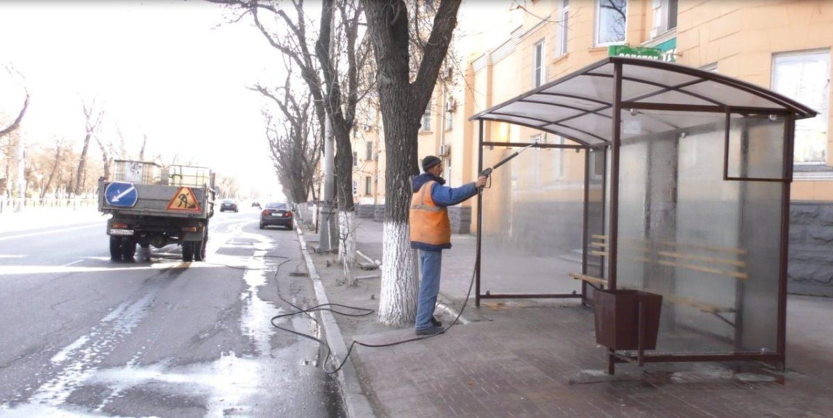 В Астрахани дезинфицируют остановки и леерные ограждения