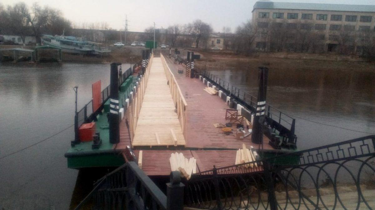 На понтоне через Царев делают полноценный пешеходный мост