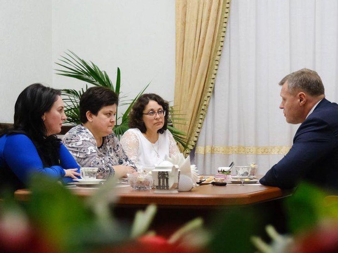 Игорь Бабушкин выпил чаю с Аленой Губановой, Марией Пермяковой и Натальей Бутузовой