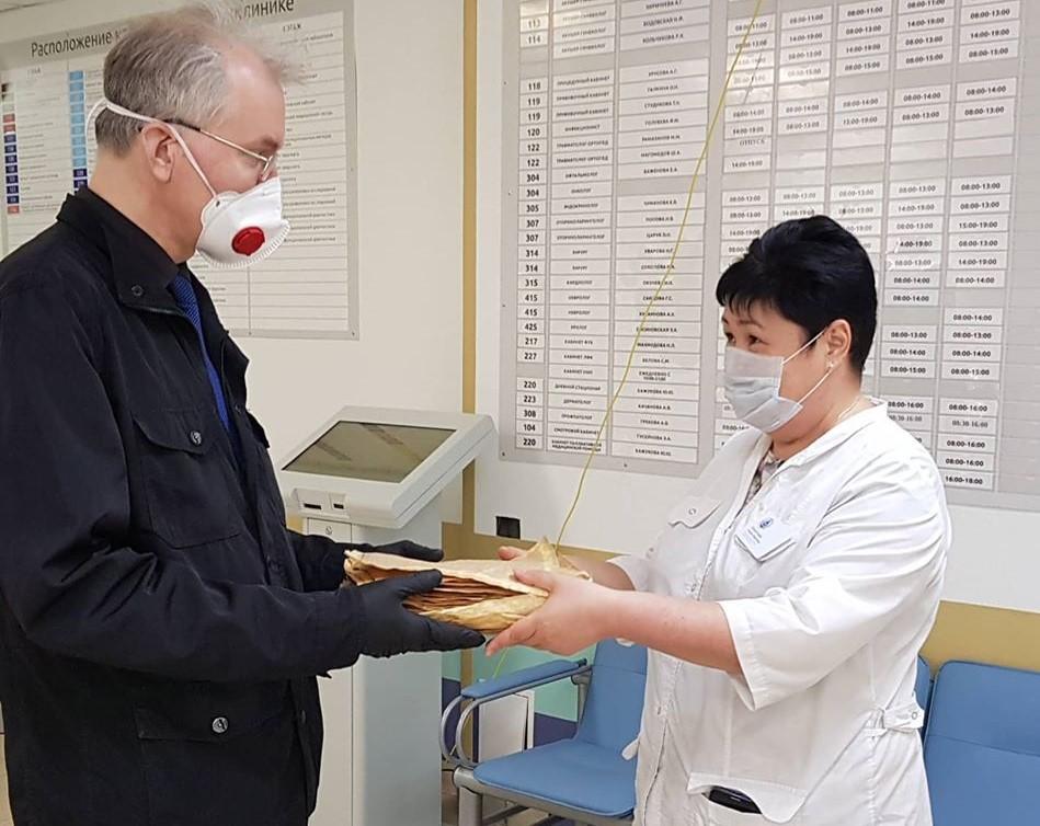 Олег Шеин передал врачам очередную партию респираторов