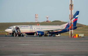 Волонтеры измеряют температуру улетающим из Астрахани пассажирам