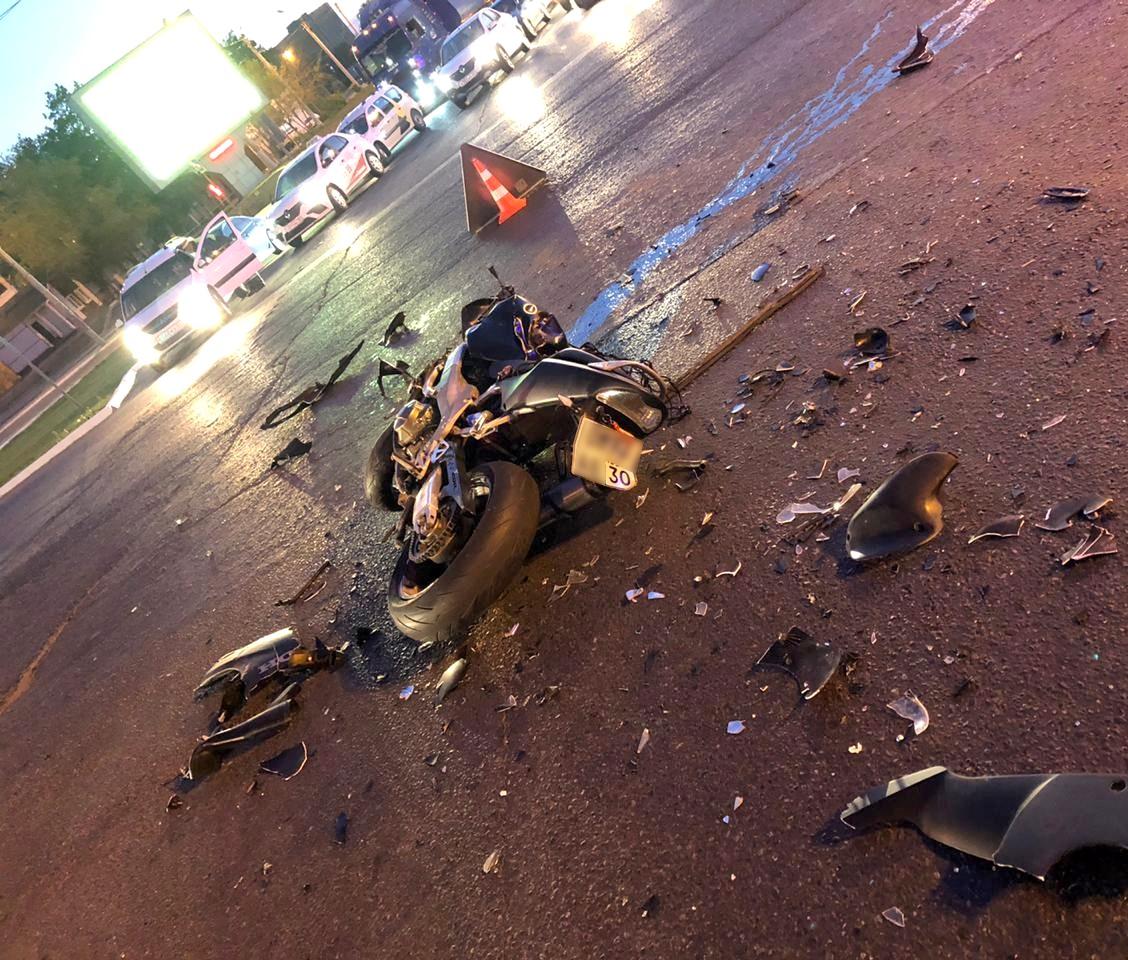В страшном ДТП в Астрахани погиб мотоциклист