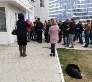 Астраханцы продолжают стоять в очередях за пропусками