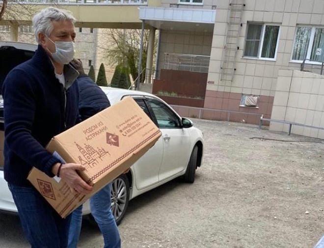 Леонид Огуль передал врачам Александро-Мариинской больницы противоэпидемические костюмы