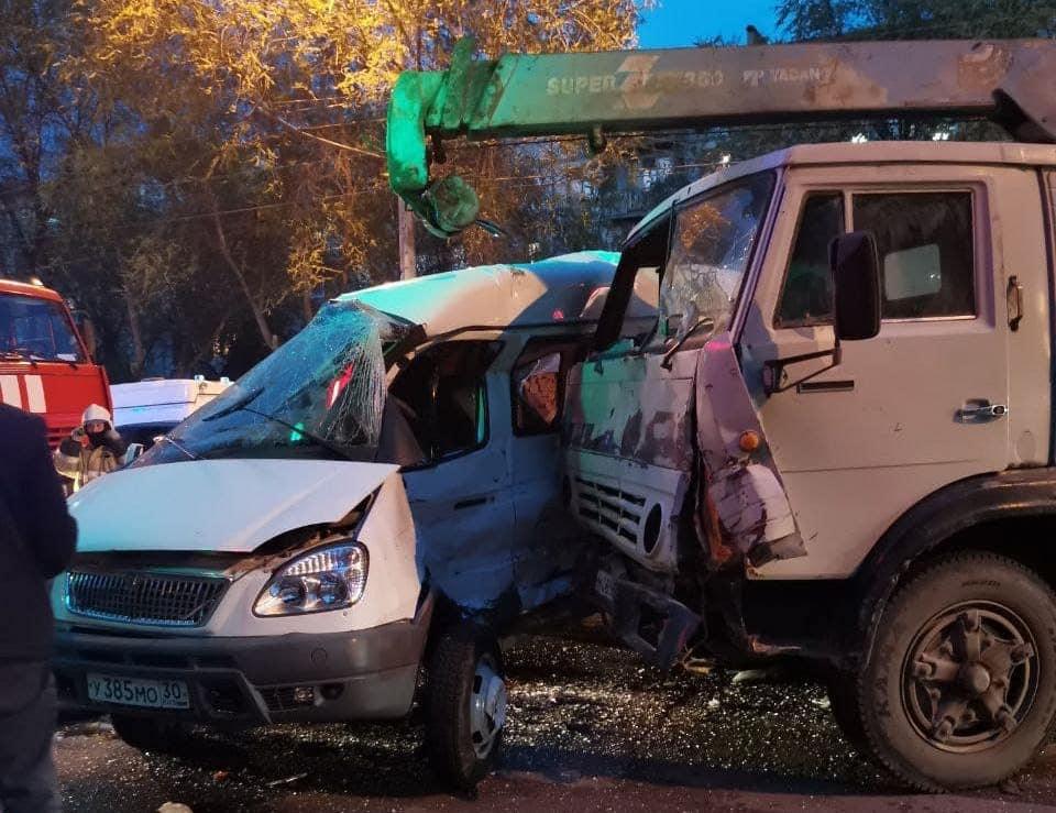 На улице Боевой КАМАЗ протаранил пассажирскую «Газель»