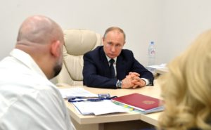Путин перестал здороваться за руку из-за коронавируса