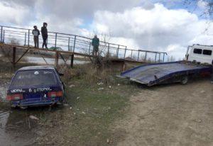 16-летний астраханец без прав загнал себя и полицейских в реку