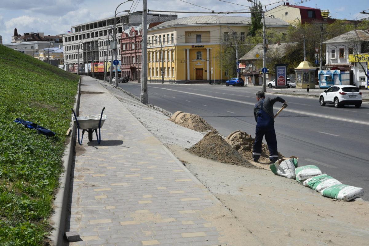 На откосах астраханского кремля укладывают плитку