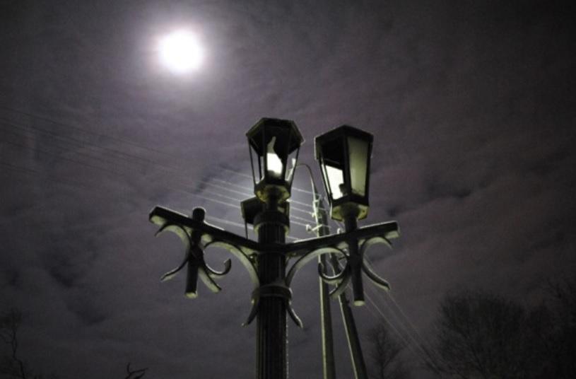 Житель Харабалей залезал на новые фонарные столбы и разбивал светильники