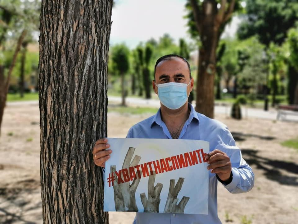 Астраханцы устроили акцию против бездумной опиловки деревьев