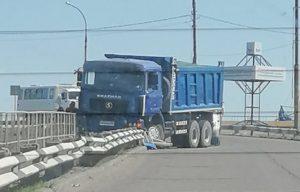В Астрахани грузовик протаранил ограждение Нового моста