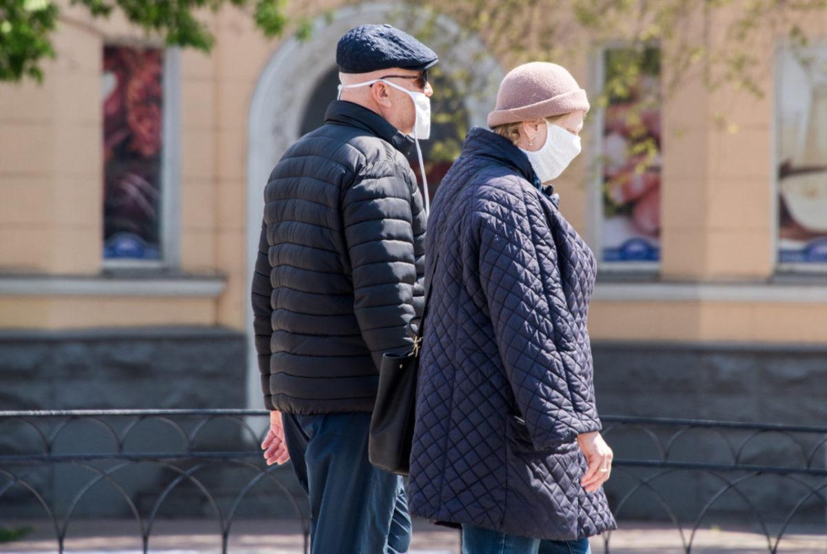 В Астраханской области закрывают кафе и отправляют по домам непривитых пожилых