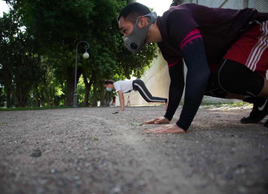 Астраханские спортсмены провели на площади Ленина тренировку в масках
