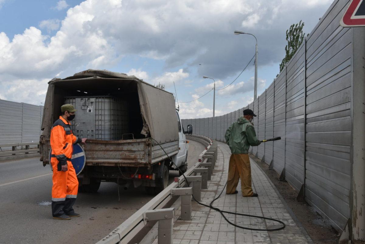 В Астрахани отмывают мосты и фасады зданий