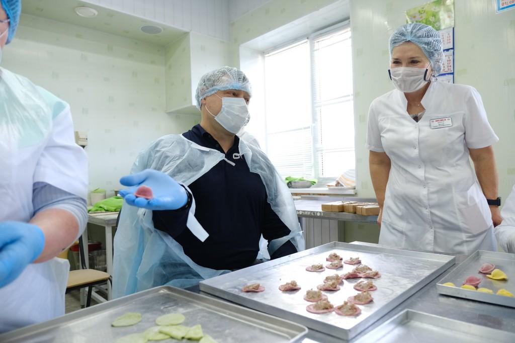 Игорь Бабушкин слепил пельмени и изготовил зефир