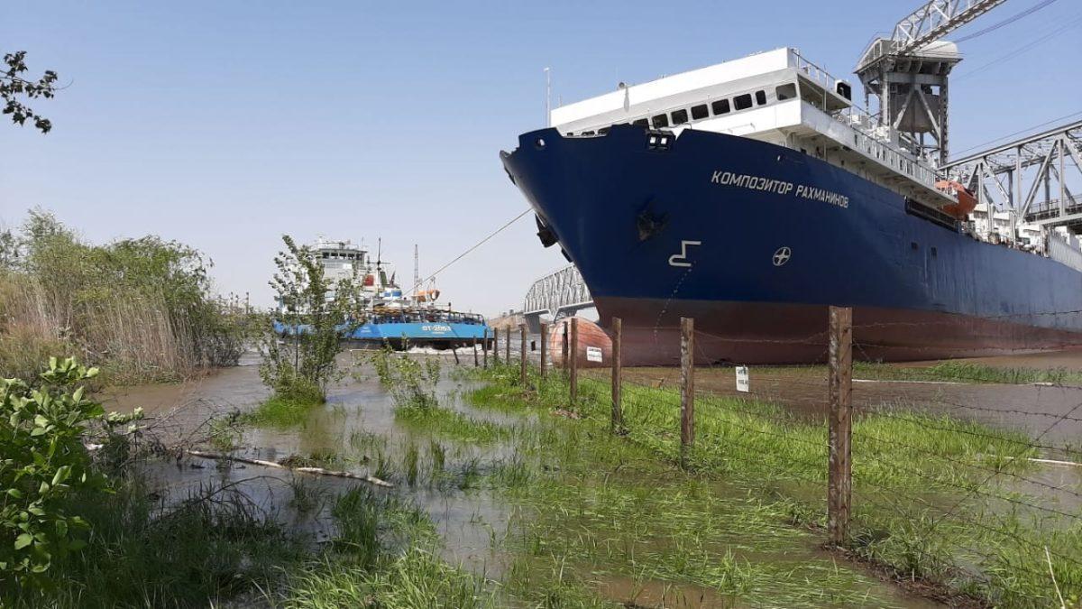 Прокуратура проверит застрявший под мостом в Астрахани паром