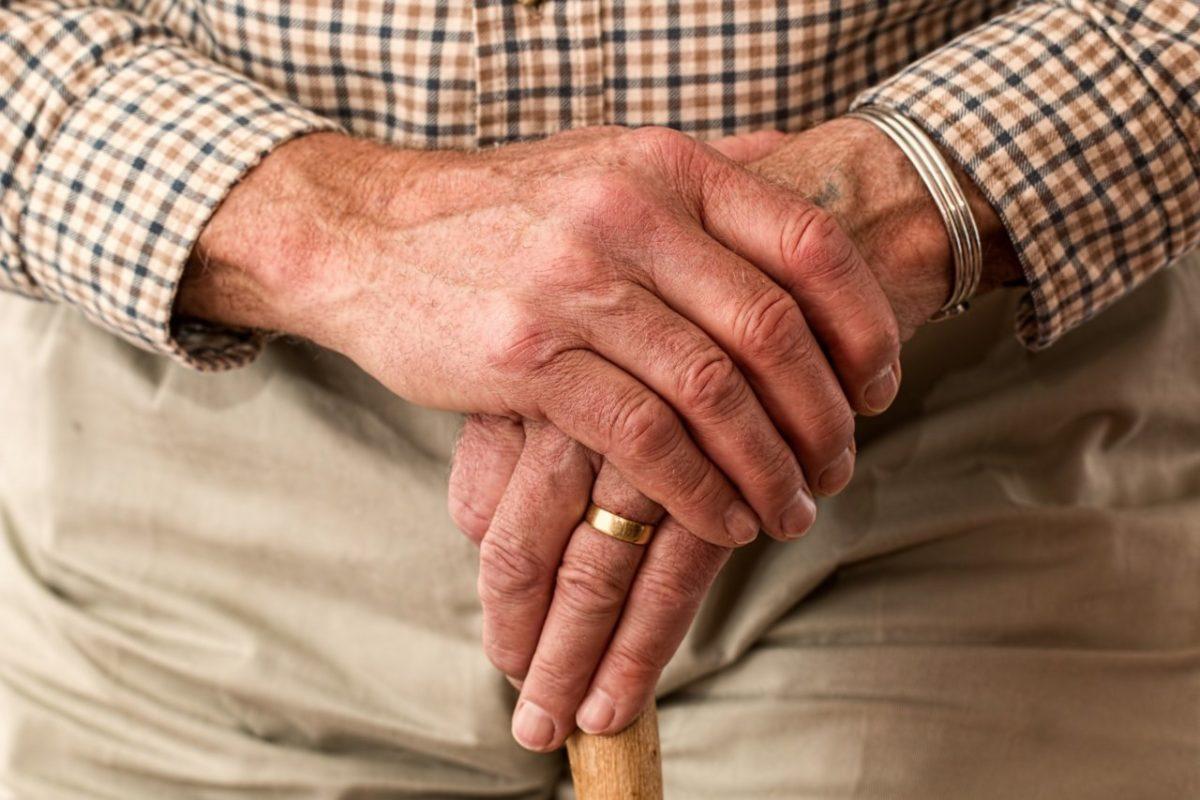 Пожилым астраханцам разрешили уйти на больничный без медицинских показаний