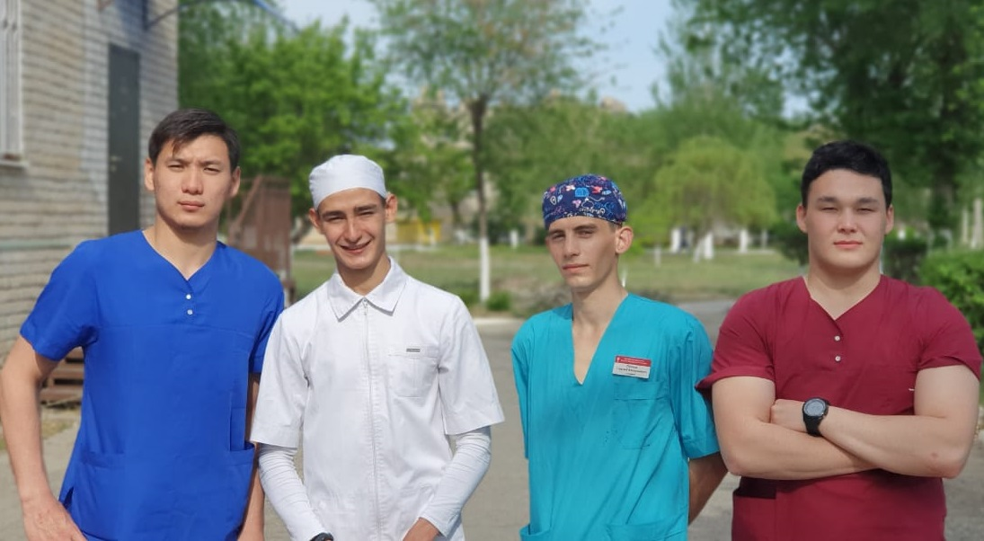 В Астрахани студенты медицинского колледжа добровольно отправились работать санитарами в госпиталь с COVID-19