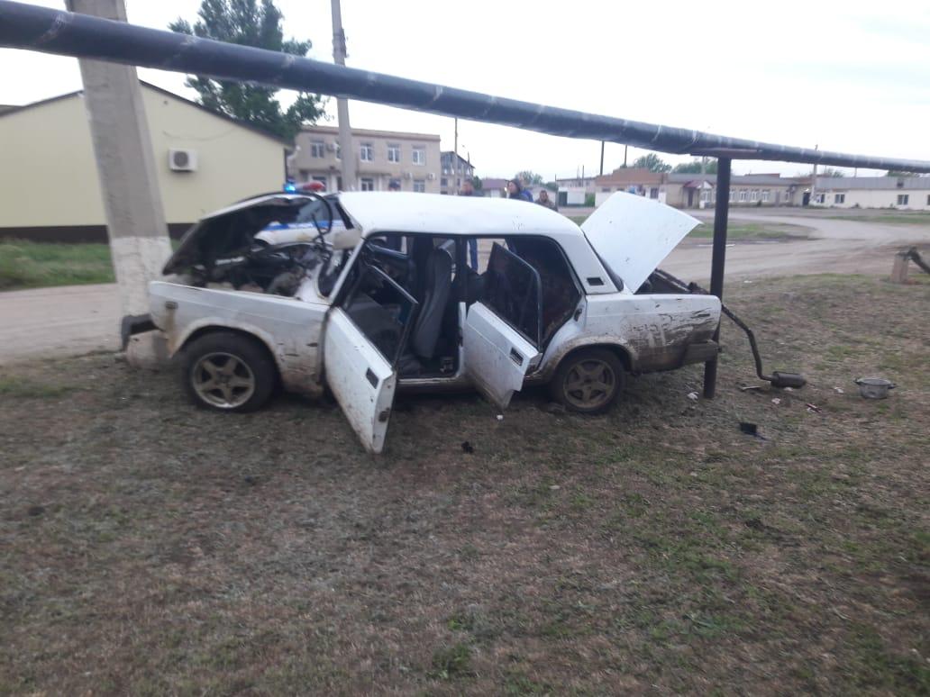 Автомобиль с пятью пассажирами въехал в бетонный столб в Черноярском районе