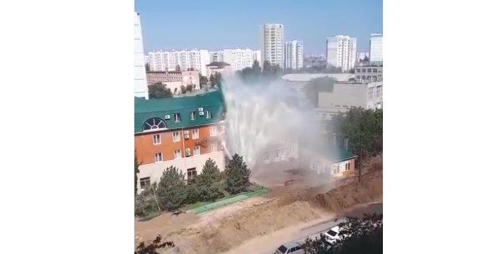 «Тепловые сети» не видят ничего странного в фонтанах из земли по всей Астрахани