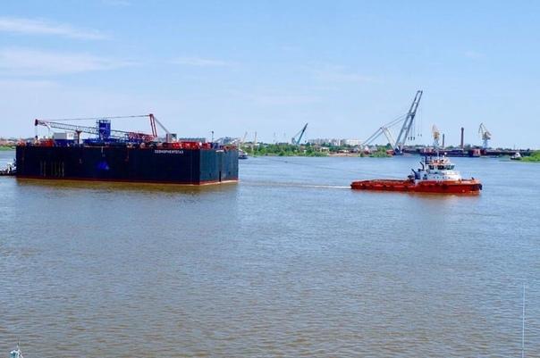 Из Астрахани в Каспий выводят понтон-катамаран
