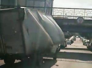 Очередная Газель снесла себе крышу на мосту у астраханского главпочтамта