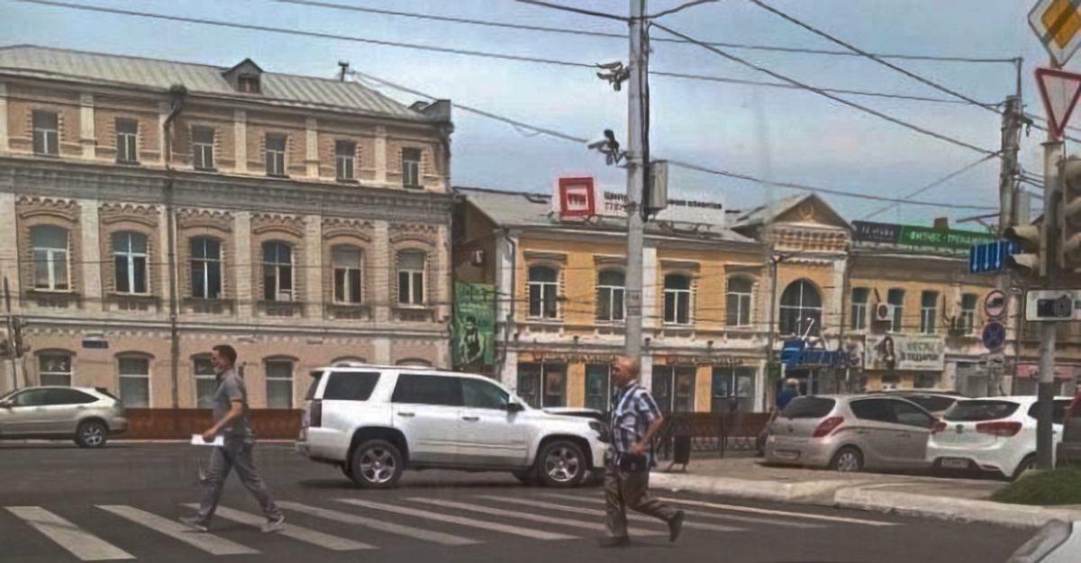 «Кадиллак» снес ограждение в центре Астрахани и вернулся через 20 минут