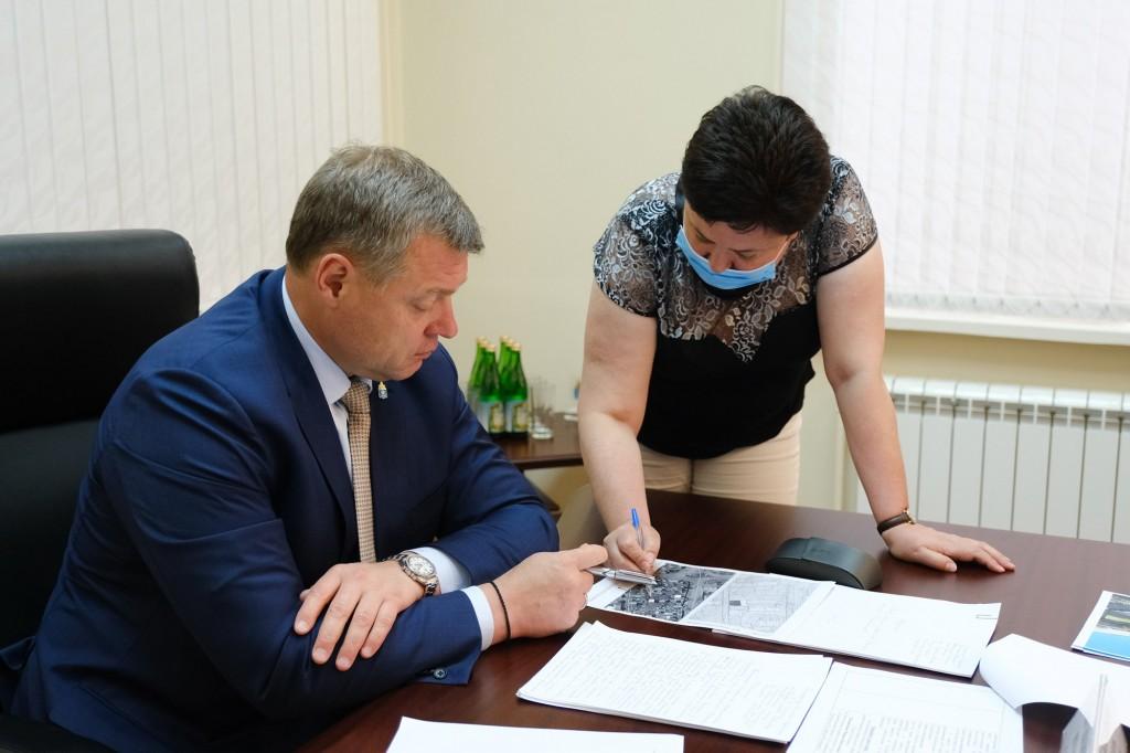 Дорогу по жалобе астраханки начали ремонтировать прямо во время приема у Игоря Бабушкина