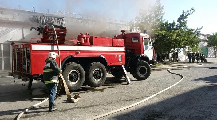 В Астрахани горят два дома и кафе
