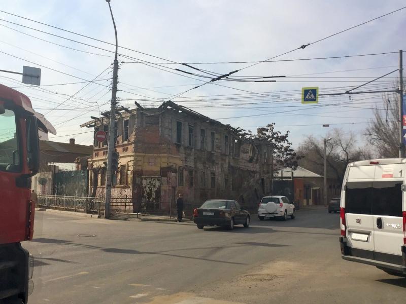 В центре Астрахани снесли старый сгоревший дом