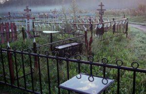 Астраханец устроил погром на кладбище