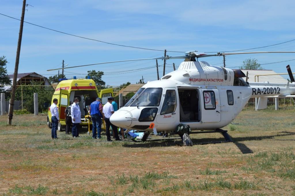 Астраханца на вертолете увезли в Волгоградскую больницу