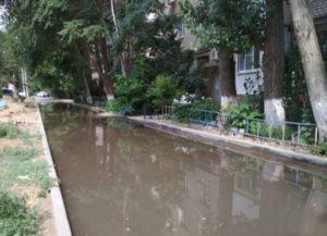 В астраханском дворе разлилось канализационное озеро