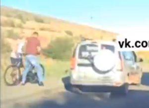 Беспредел по-астрахански: пассажир такси подрался с велосипедистом
