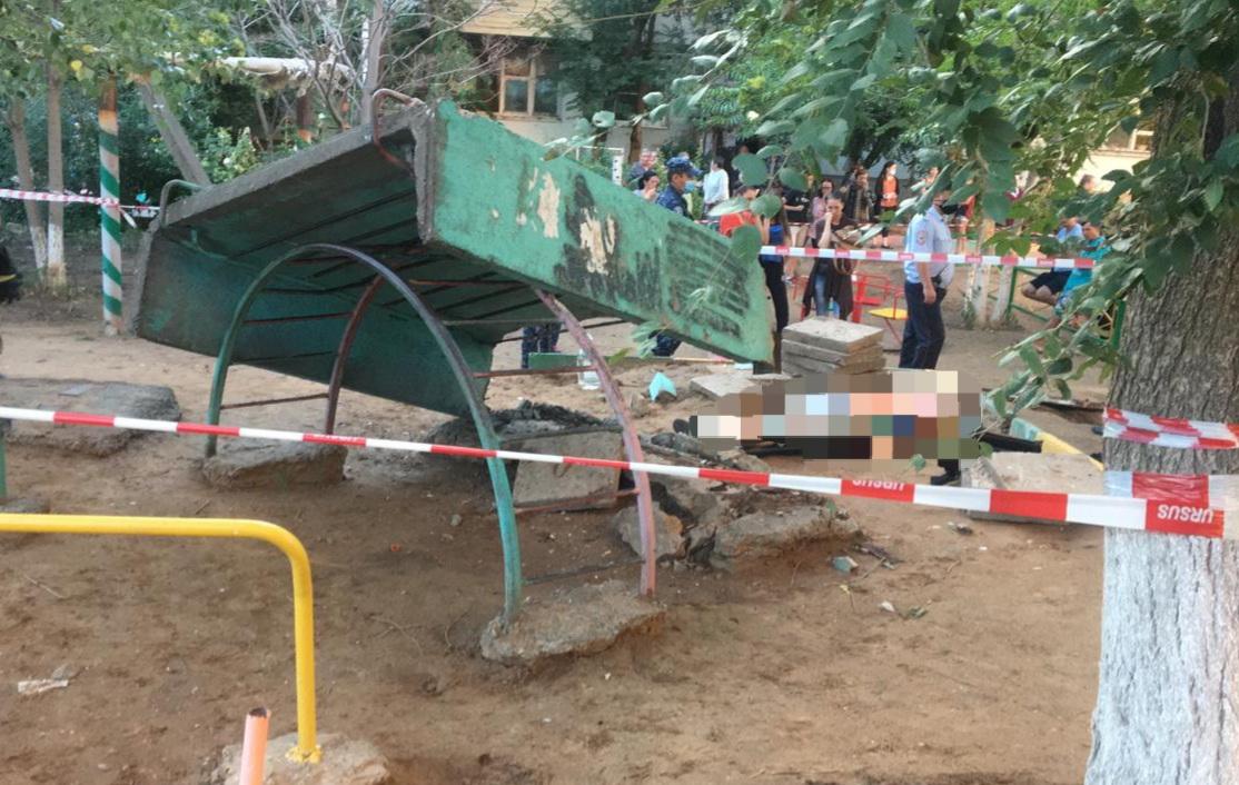 Из-за смерти мальчика под бетонной плитой в Астрахани возбудили уголовное дело