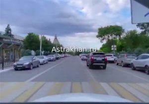 Астраханская полиция нашла гонявшую на «Мерседесе» по встречной девушку