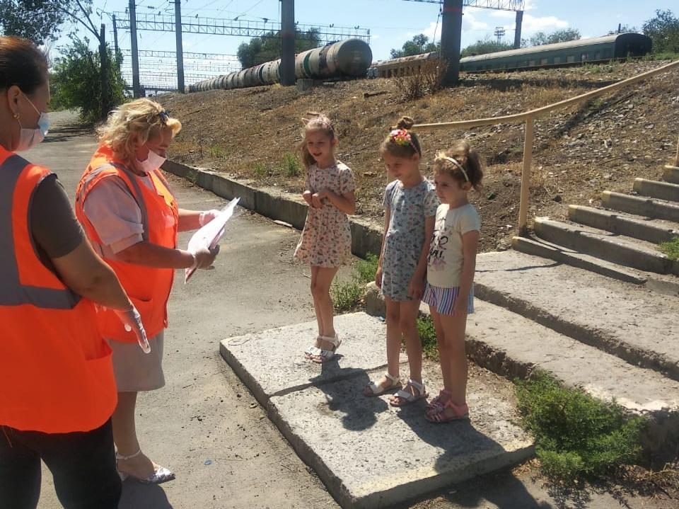 Астраханским школьникам напомнили о правилах безопасного поведения вблизи железной дороги